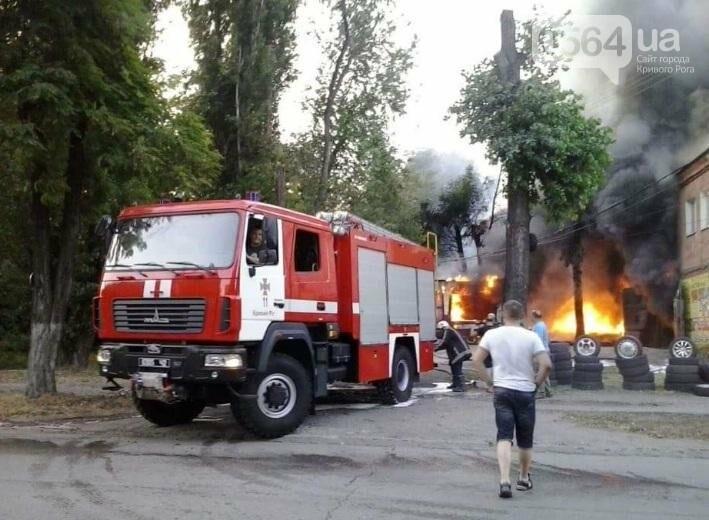 На улице Криворожстали сгорел шиномонтаж. Огонь перекинулся на соседнее здание (ФОТО), фото-10