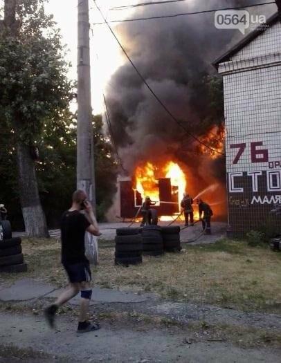 На улице Криворожстали сгорел шиномонтаж. Огонь перекинулся на соседнее здание (ФОТО), фото-1