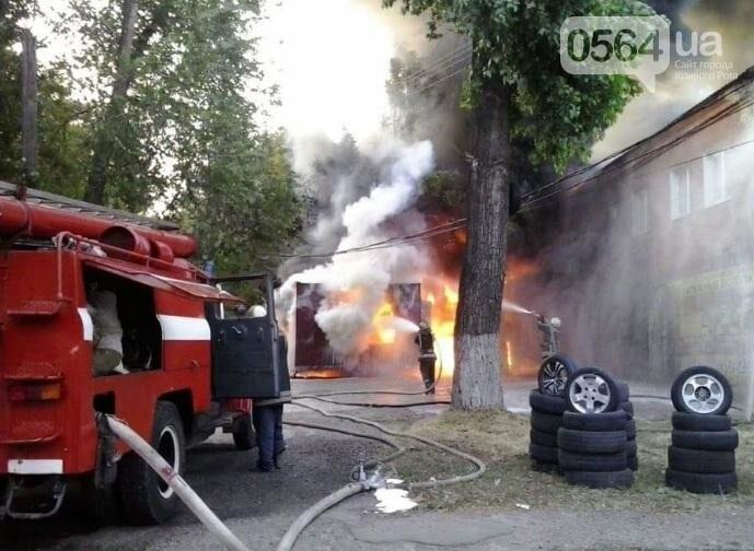 На улице Криворожстали сгорел шиномонтаж. Огонь перекинулся на соседнее здание (ФОТО), фото-2