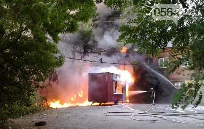 На улице Криворожстали сгорел шиномонтаж. Огонь перекинулся на соседнее здание (ФОТО), фото-3