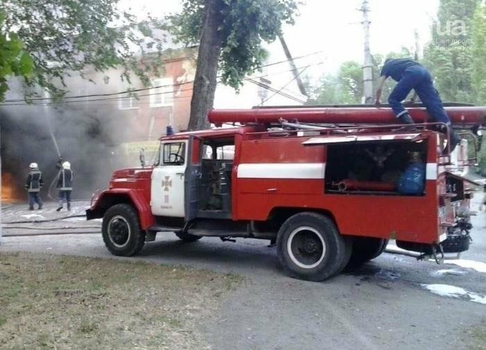 На улице Криворожстали сгорел шиномонтаж. Огонь перекинулся на соседнее здание (ФОТО), фото-6