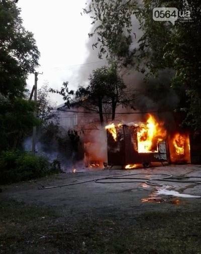 На улице Криворожстали сгорел шиномонтаж. Огонь перекинулся на соседнее здание (ФОТО), фото-5