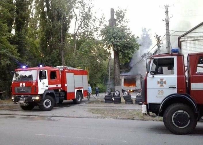 На улице Криворожстали сгорел шиномонтаж. Огонь перекинулся на соседнее здание (ФОТО), фото-9