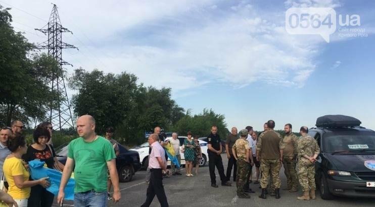 Криворожане на коленях встретили у въезда в город Героя, погибшего в зоне АТО (ФОТО), фото-1
