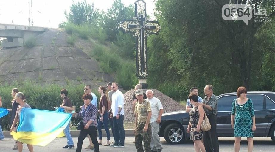 Криворожане на коленях встретили у въезда в город Героя, погибшего в зоне АТО (ФОТО), фото-10