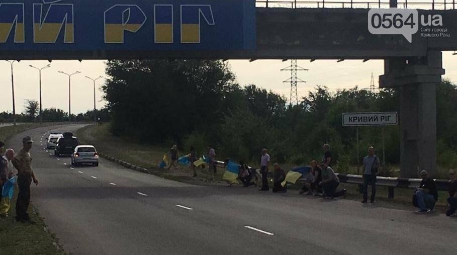 Криворожане на коленях встретили у въезда в город Героя, погибшего в зоне АТО (ФОТО), фото-6