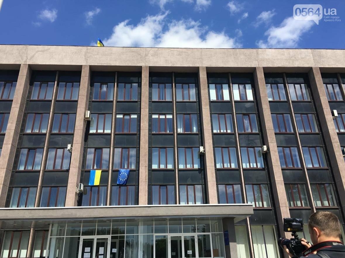 В Кривом Роге: объявили о внеочередной сессии, транспортировали раненого журналиста в Мечникова, заявили о высоких зарплатах, фото-1