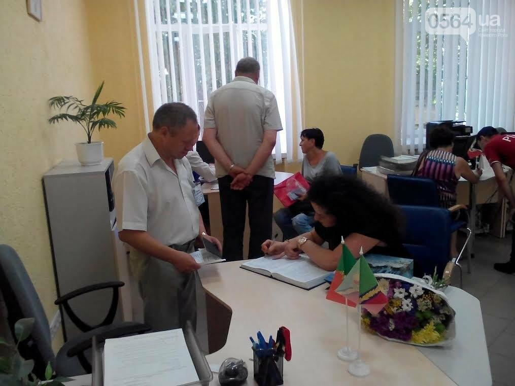 В Кривом Роге поздравили 200-тысячного клиента в отделе регистрации места жительства (ФОТО), фото-3