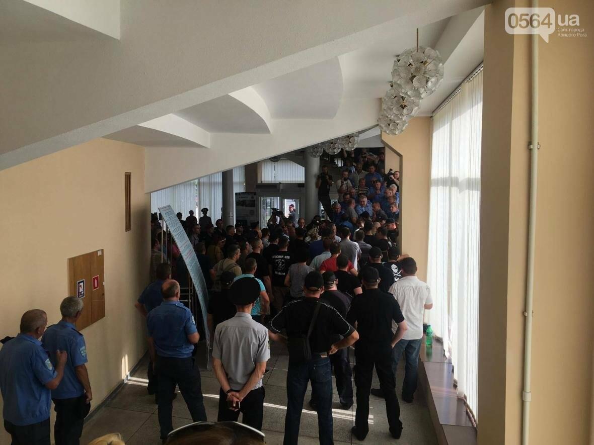 В Кривом Роге не пропускают на сессию матерей пленных, а депутата Николая Колесника облили зеленкой (ФОТО, ВИДЕО), фото-4