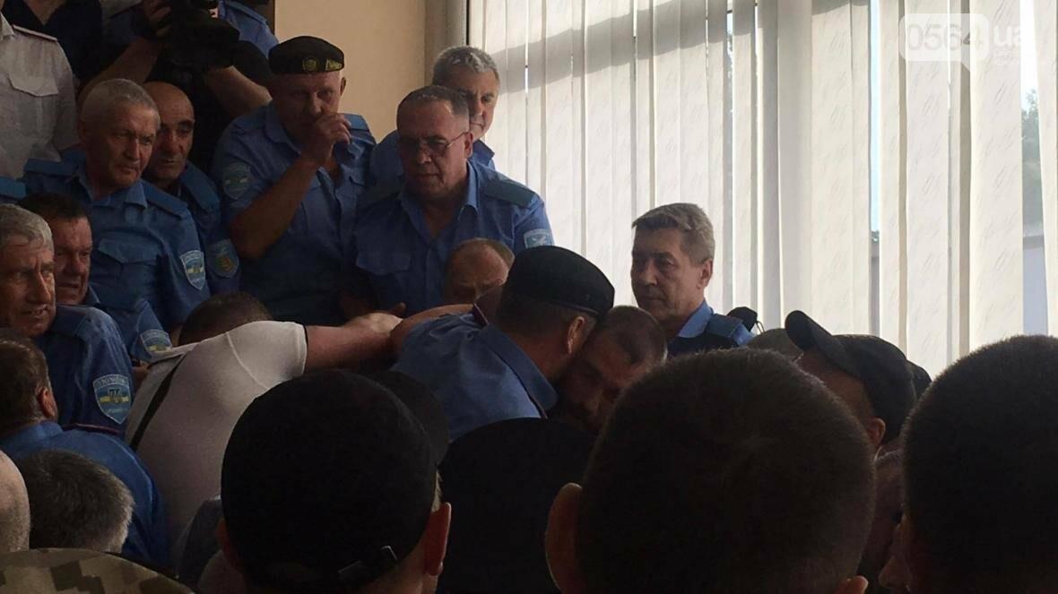 В Кривом Роге не пропускают на сессию матерей пленных, а депутата Николая Колесника облили зеленкой (ФОТО, ВИДЕО), фото-3