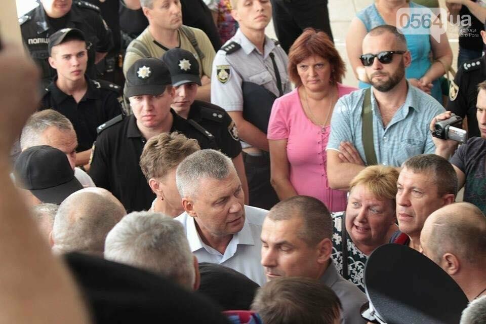 """В Кривом Роге """"муниципал"""" ударил маму пленного бойца АТО (ФОТО), фото-1"""