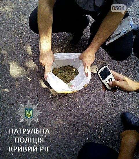 Криворожане продолжают разгуливать с пакетами конопли по городу (ФОТО), фото-1