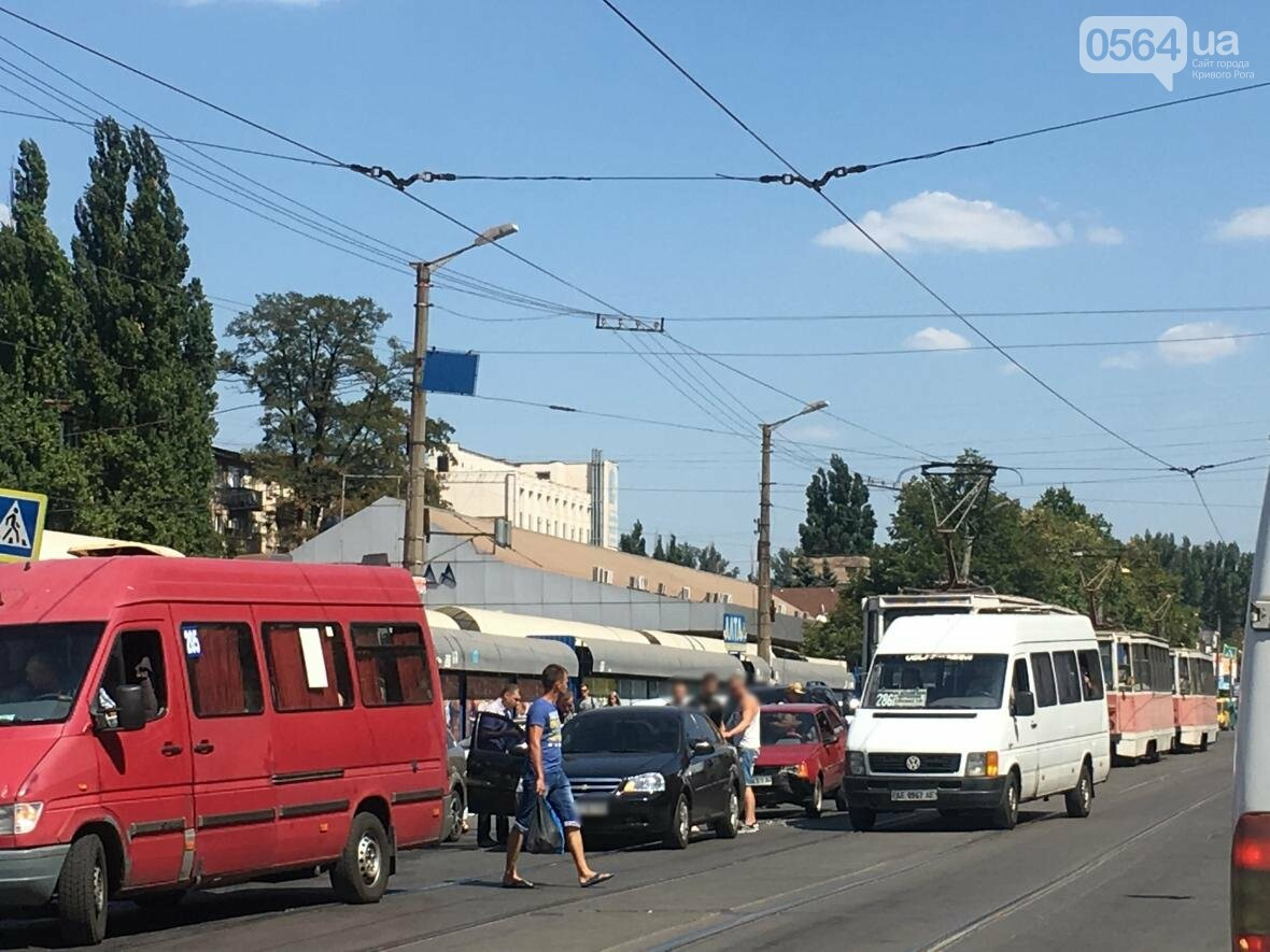 Из-за ДТП  в центре Кривого Рога было остановлено движение трамваев (ФОТО), фото-3