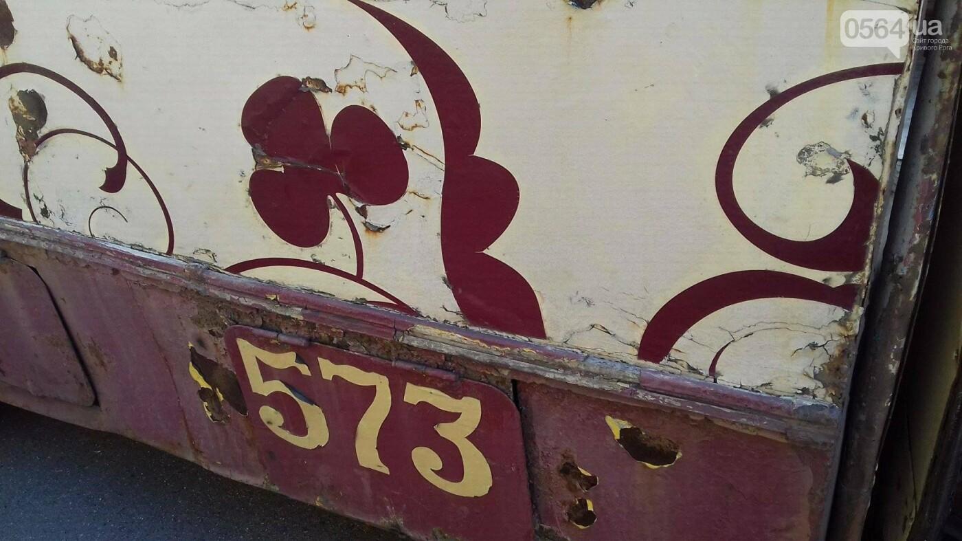 """""""Льготный"""" маршрут: В Кривом Роге перевозят людей ржавым троллейбусом (ФОТО), фото-5"""