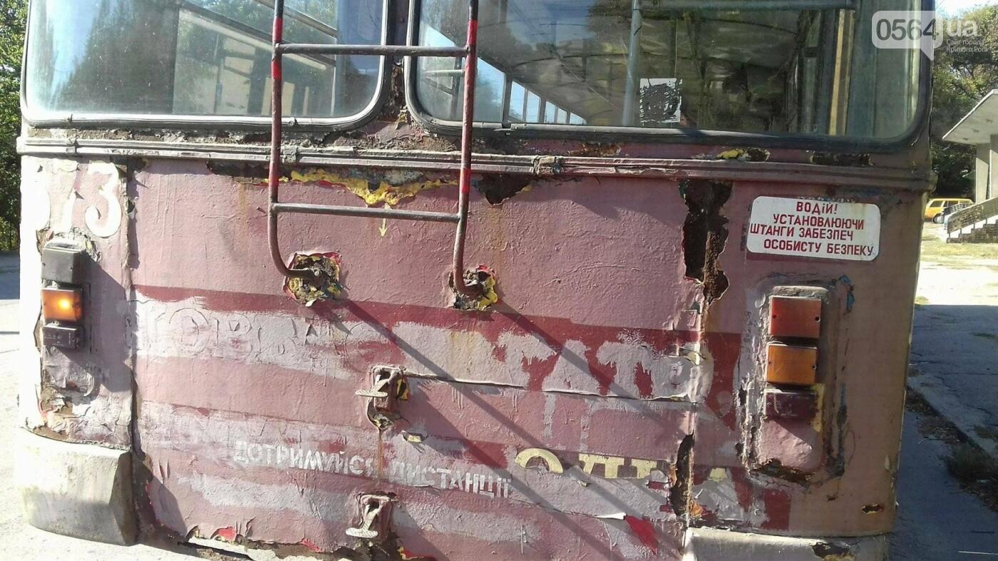 """""""Льготный"""" маршрут: В Кривом Роге перевозят людей ржавым троллейбусом (ФОТО), фото-26"""