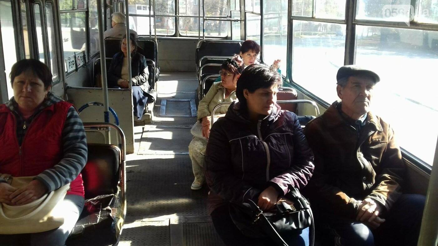 """""""Льготный"""" маршрут: В Кривом Роге перевозят людей ржавым троллейбусом (ФОТО), фото-22"""