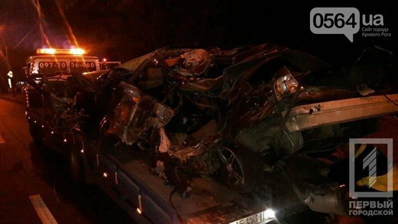В Кривом Роге BMW  разбился всмятку о столб. Водитель выскочил до столкновения (ФОТО), фото-1