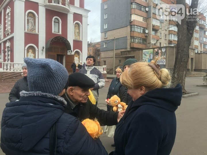 Криворожане, протестуя против политики УПЦ Московского патриархата,  принесли игрушки к храму (ФОТО, ВИДЕО), фото-6