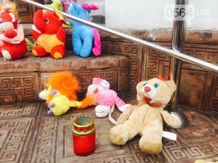 Криворожане, протестуя против политики УПЦ Московского патриархата,  принесли игрушки к храму (ФОТО, ВИДЕО), фото-7