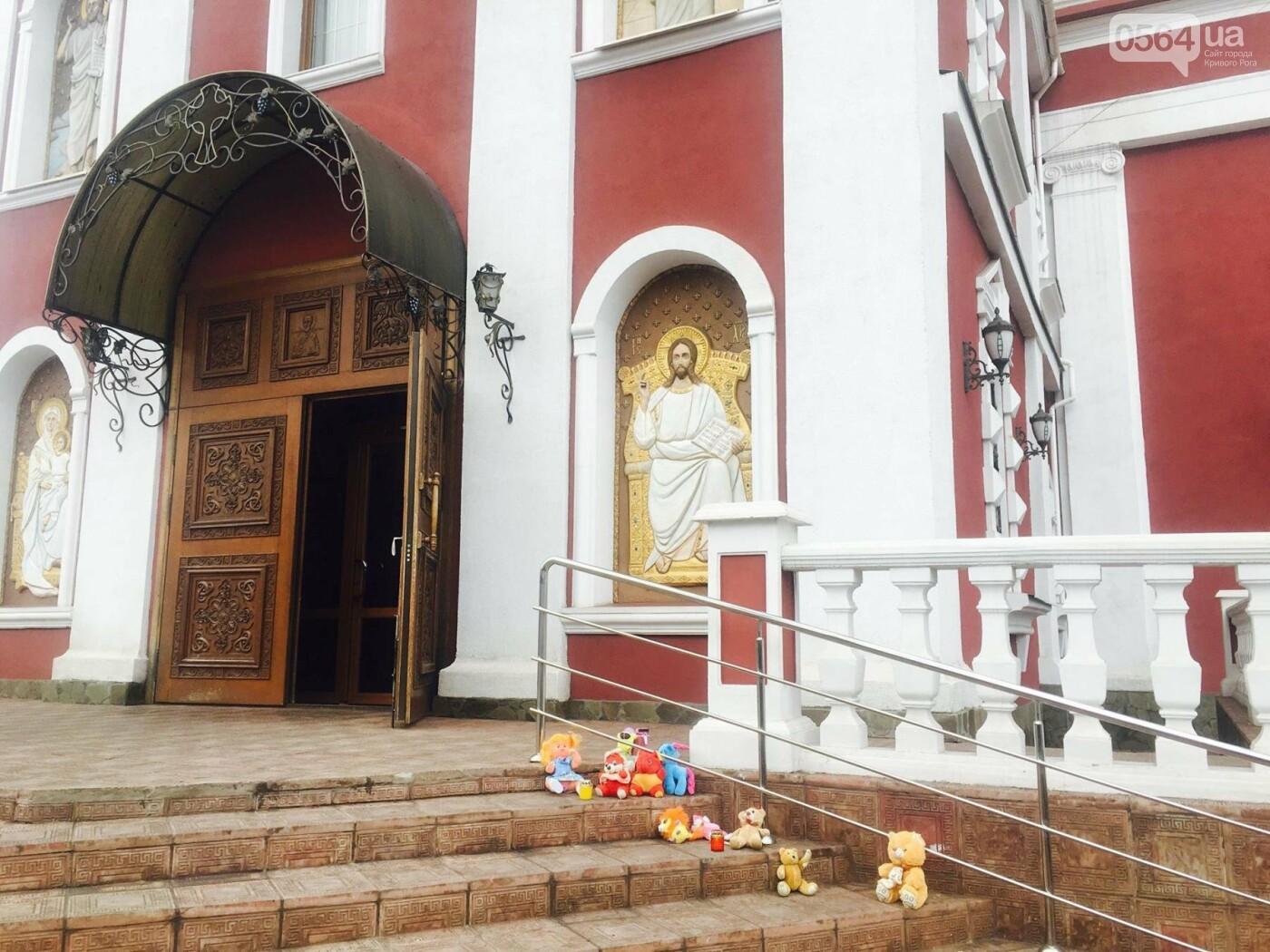 Криворожане, протестуя против политики УПЦ Московского патриархата,  принесли игрушки к храму (ФОТО, ВИДЕО), фото-15