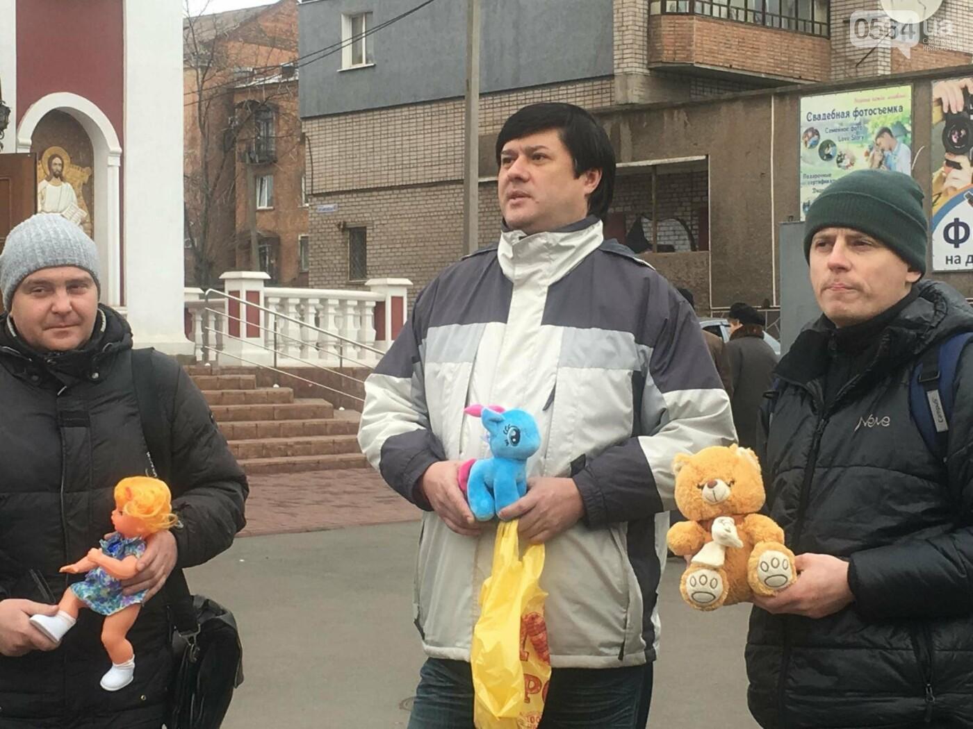 Криворожане, протестуя против политики УПЦ Московского патриархата,  принесли игрушки к храму (ФОТО, ВИДЕО), фото-10