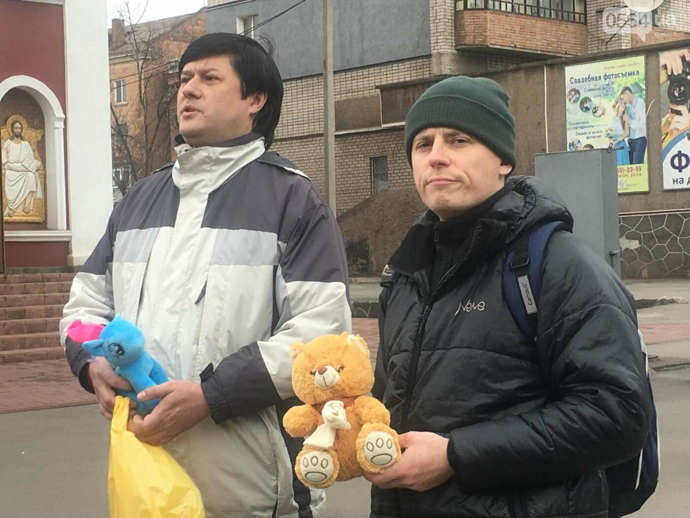Криворожане, протестуя против политики УПЦ Московского патриархата,  принесли игрушки к храму (ФОТО, ВИДЕО), фото-11