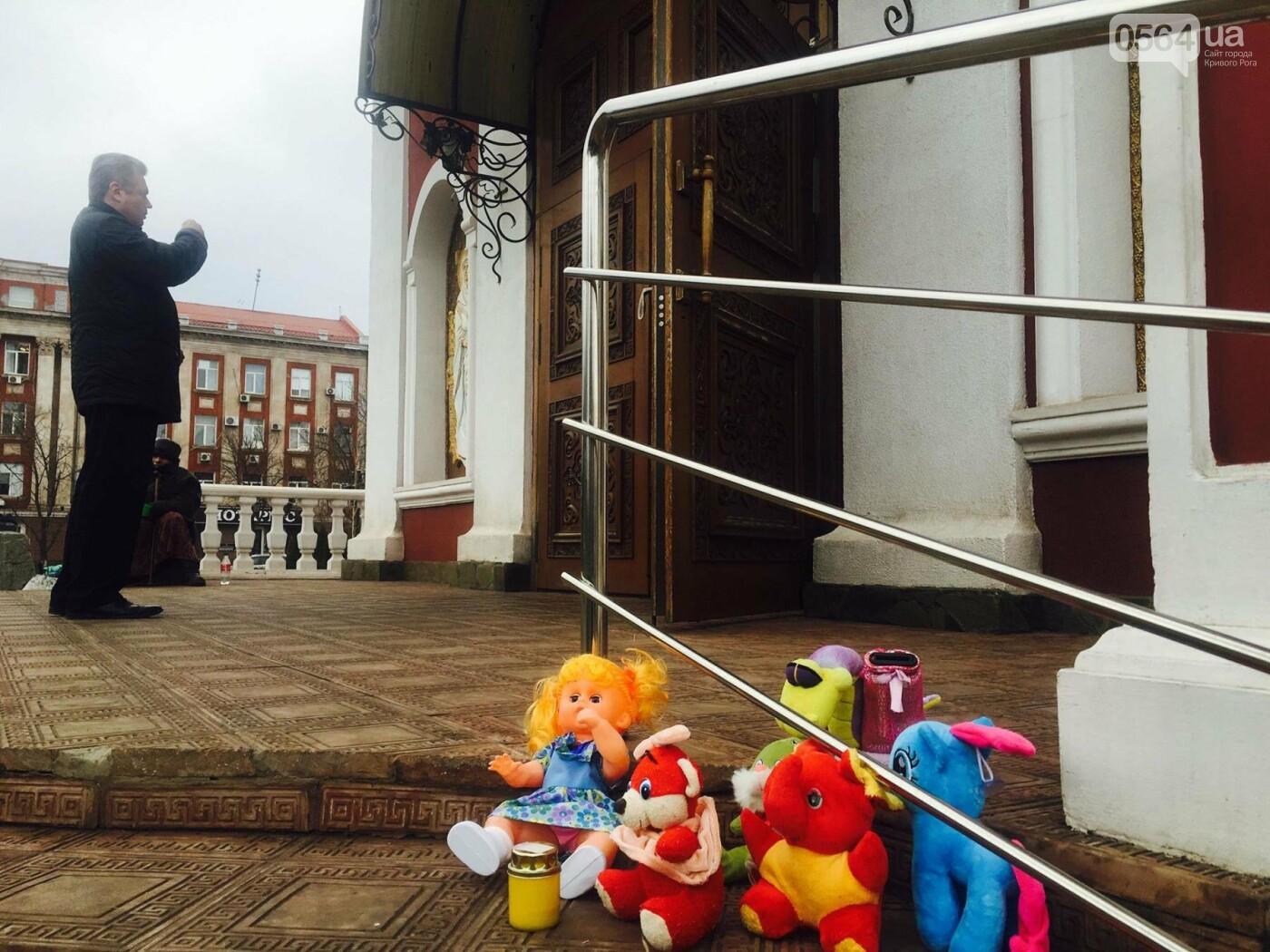 Криворожане, протестуя против политики УПЦ Московского патриархата,  принесли игрушки к храму (ФОТО, ВИДЕО), фото-16