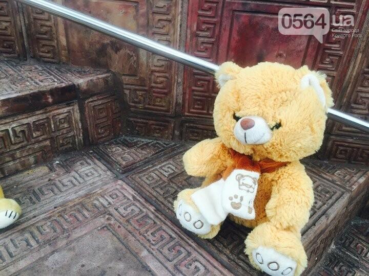 Криворожане, протестуя против политики УПЦ Московского патриархата,  принесли игрушки к храму (ФОТО, ВИДЕО), фото-8