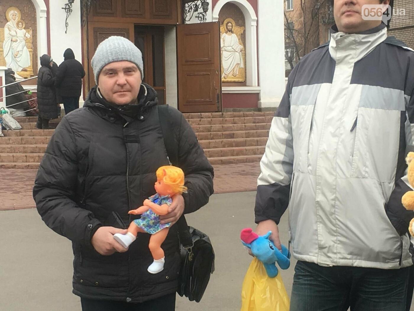 Криворожане, протестуя против политики УПЦ Московского патриархата,  принесли игрушки к храму (ФОТО, ВИДЕО), фото-12