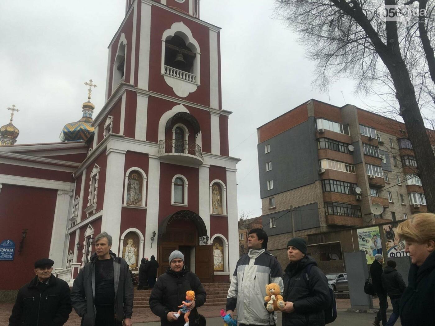Криворожане, протестуя против политики УПЦ Московского патриархата,  принесли игрушки к храму (ФОТО, ВИДЕО), фото-13