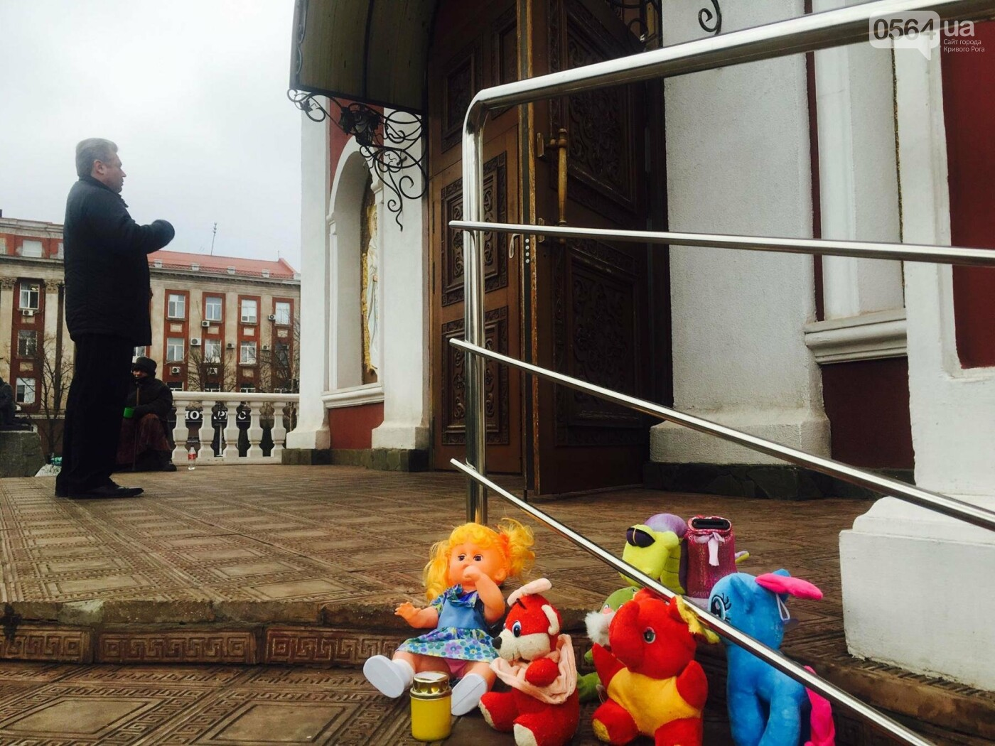 Криворожане, протестуя против политики УПЦ Московского патриархата,  принесли игрушки к храму (ФОТО, ВИДЕО), фото-17
