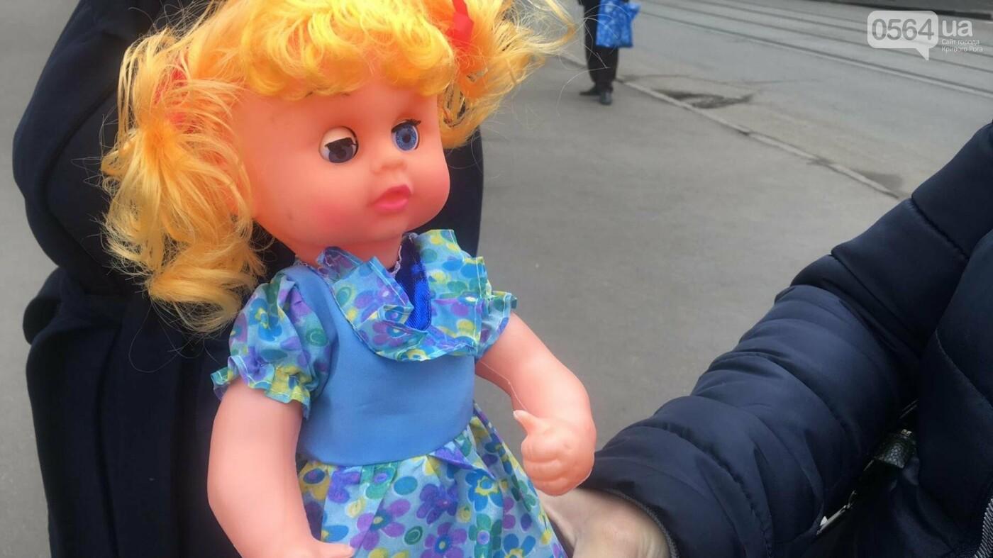 Криворожане, протестуя против политики УПЦ Московского патриархата,  принесли игрушки к храму (ФОТО, ВИДЕО), фото-9