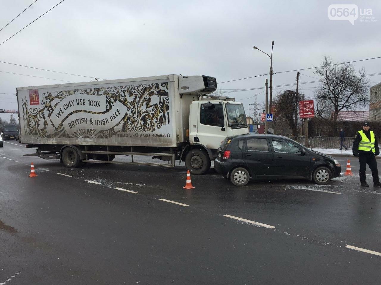 """В Кривом Роге грузовик """"смял"""" легковой автомобиль. Есть пострадавший (ФОТО), фото-1"""