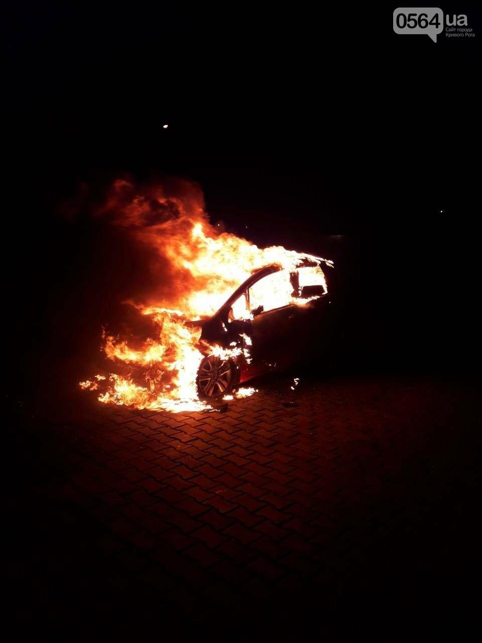 В Кривом Роге сгорела иномарка. Под соседним авто найдены улики возможного поджога (ФОТО) , фото-1