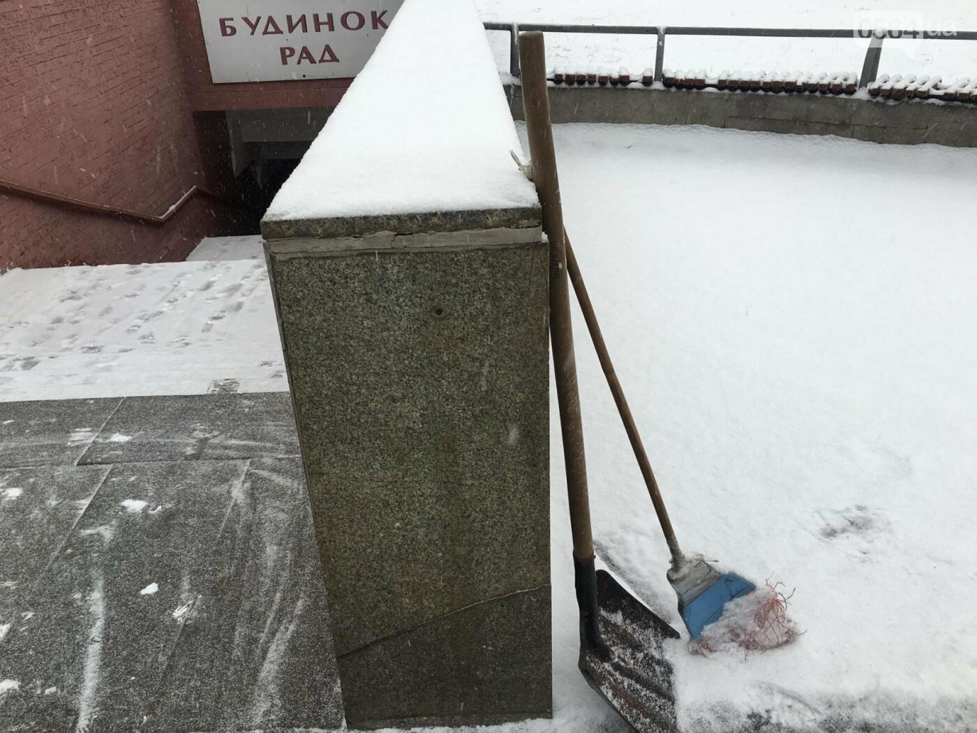 """Пока вокруг станций криворожского """"скоростного""""  расчищают дорожки, в вагонах трамвая идет снег (ФОТО), фото-7"""