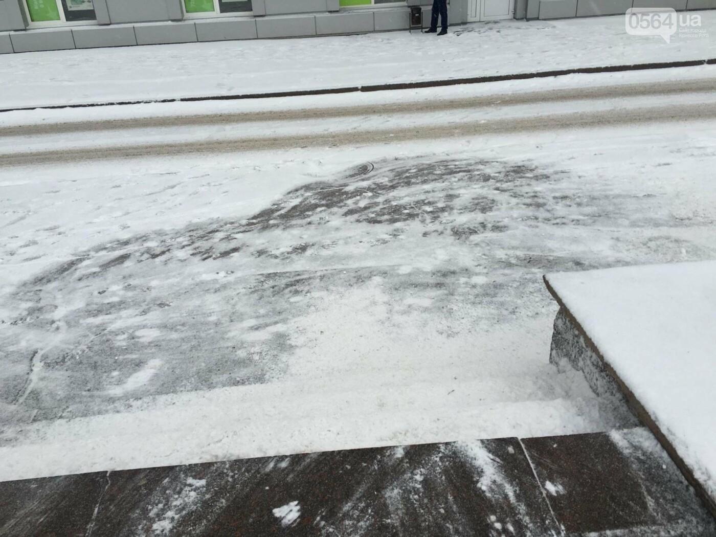 """Пока вокруг станций криворожского """"скоростного""""  расчищают дорожки, в вагонах трамвая идет снег (ФОТО), фото-2"""