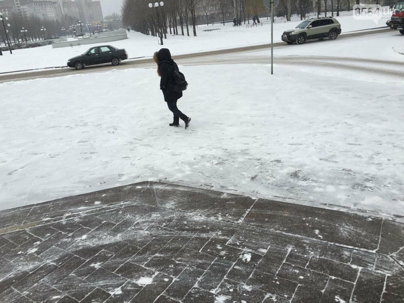 """Пока вокруг станций криворожского """"скоростного""""  расчищают дорожки, в вагонах трамвая идет снег (ФОТО), фото-8"""