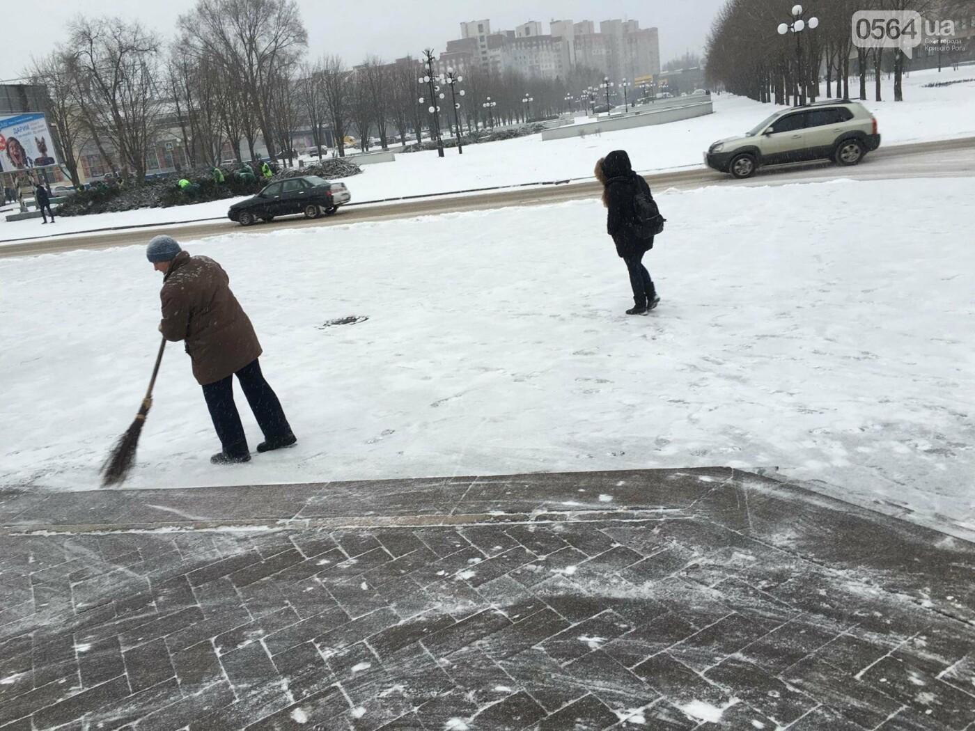 """Пока вокруг станций криворожского """"скоростного""""  расчищают дорожки, в вагонах трамвая идет снег (ФОТО), фото-9"""