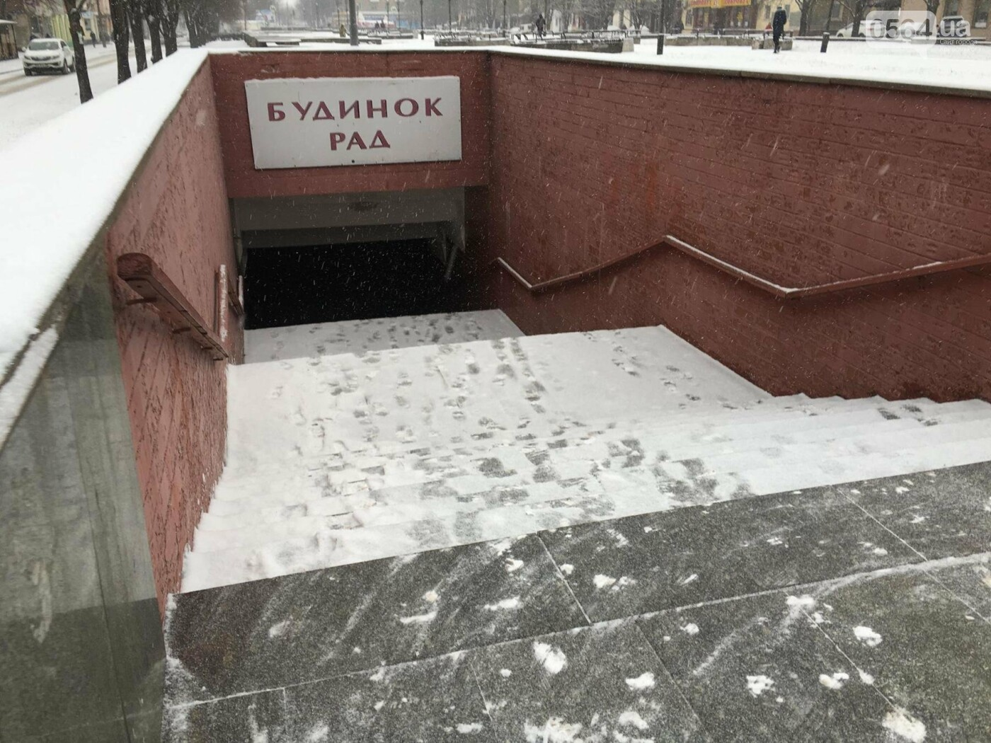 """Пока вокруг станций криворожского """"скоростного""""  расчищают дорожки, в вагонах трамвая идет снег (ФОТО), фото-5"""