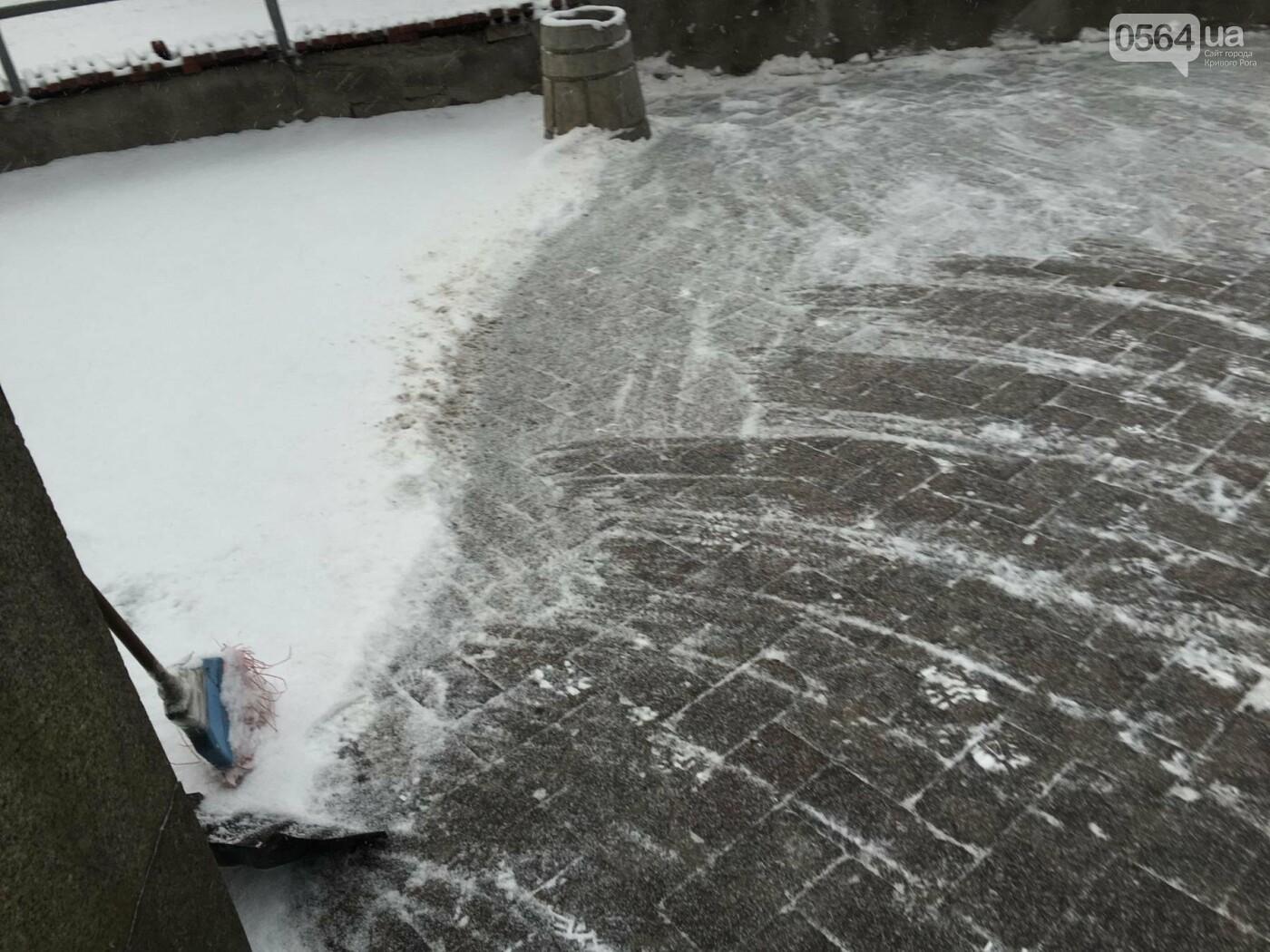 """Пока вокруг станций криворожского """"скоростного""""  расчищают дорожки, в вагонах трамвая идет снег (ФОТО), фото-6"""
