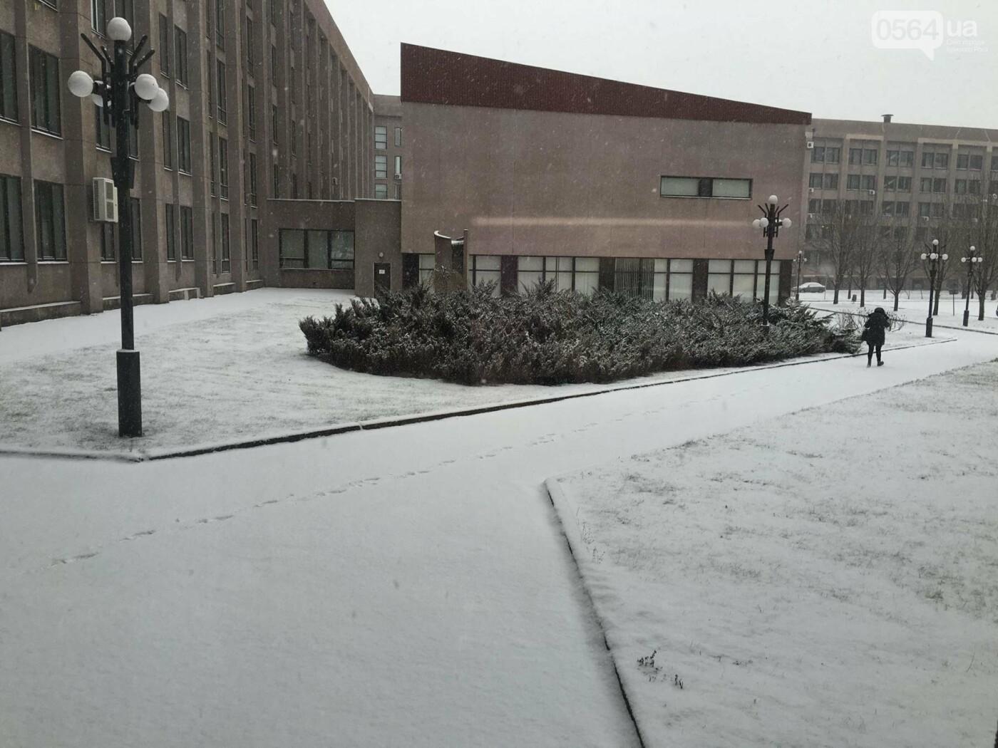 """Пока вокруг станций криворожского """"скоростного""""  расчищают дорожки, в вагонах трамвая идет снег (ФОТО), фото-3"""