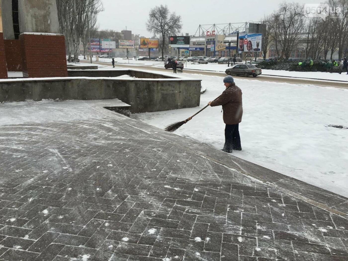 """Пока вокруг станций криворожского """"скоростного""""  расчищают дорожки, в вагонах трамвая идет снег (ФОТО), фото-10"""