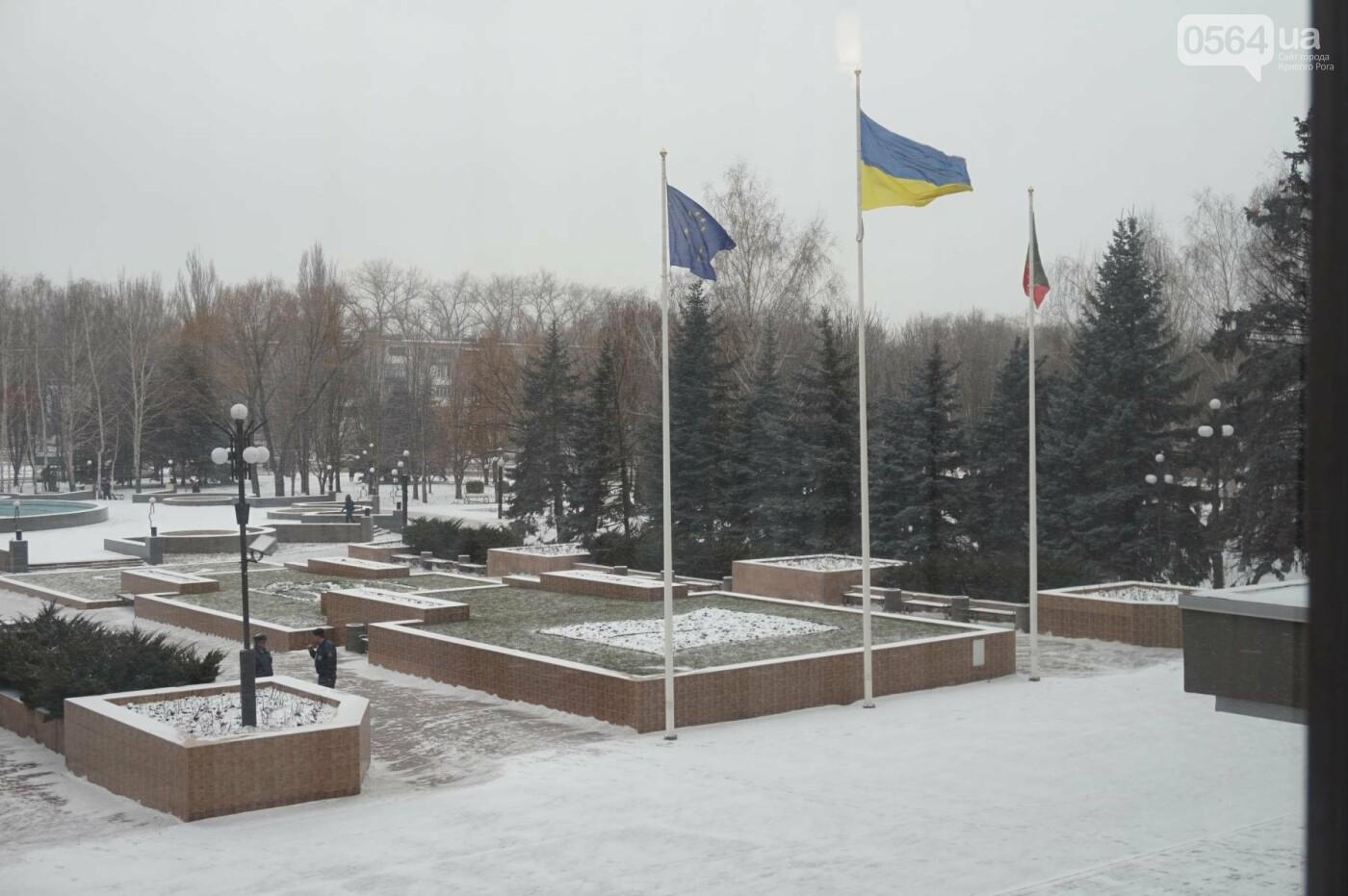 """Пока вокруг станций криворожского """"скоростного""""  расчищают дорожки, в вагонах трамвая идет снег (ФОТО), фото-25"""