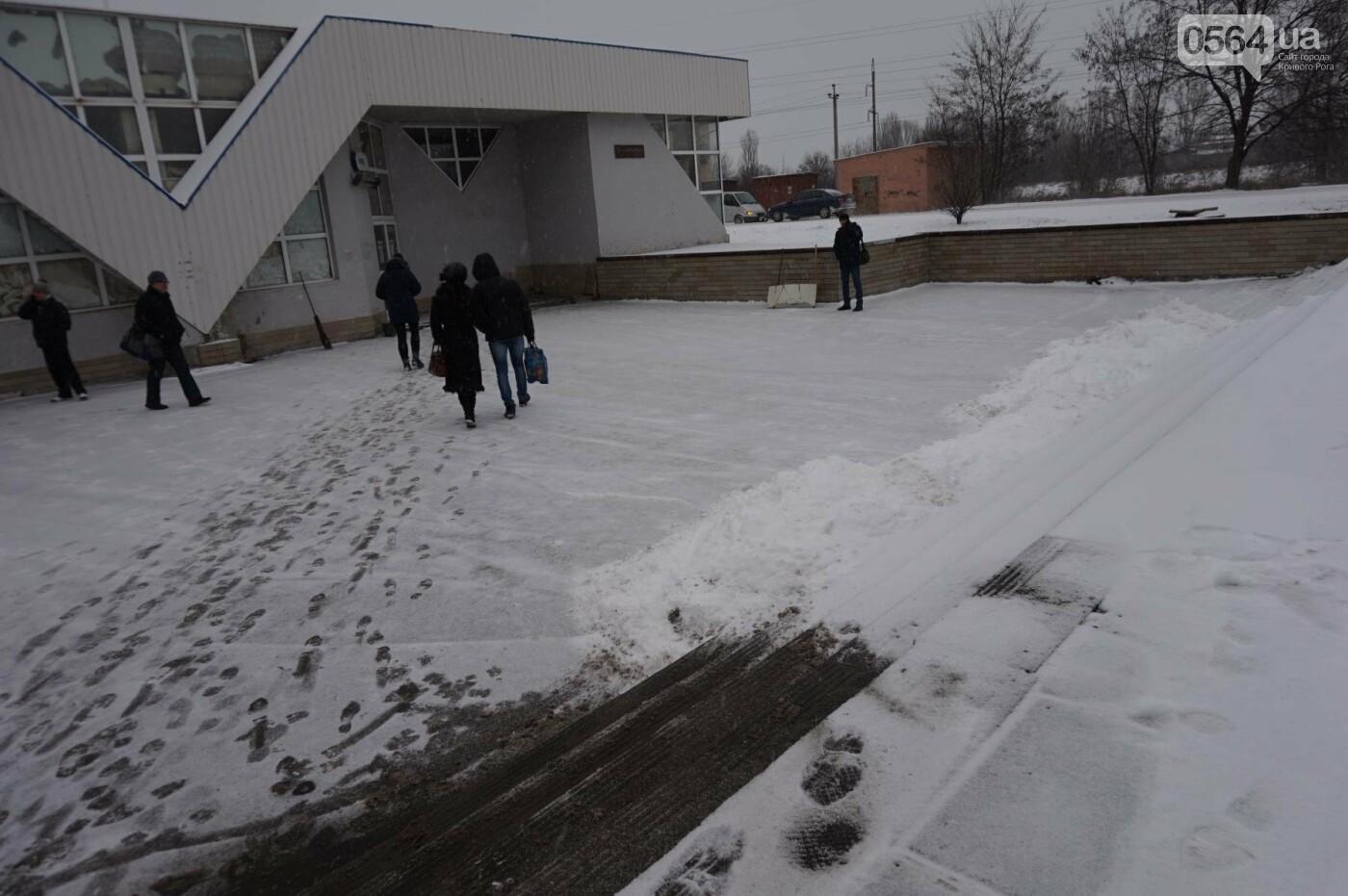 """Пока вокруг станций криворожского """"скоростного""""  расчищают дорожки, в вагонах трамвая идет снег (ФОТО), фото-23"""