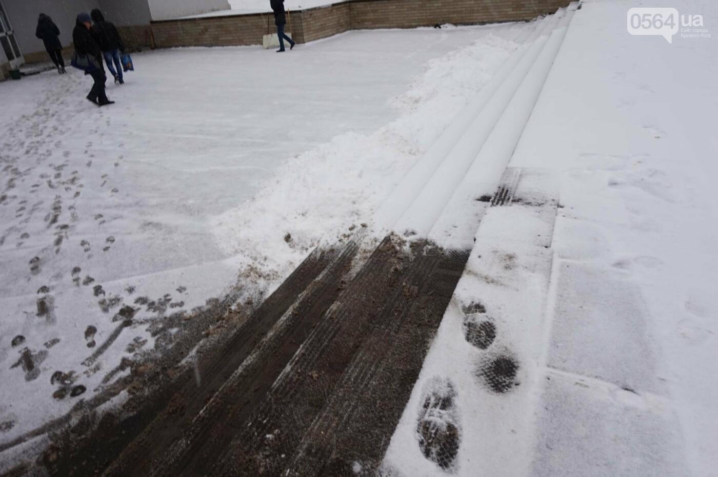 """Пока вокруг станций криворожского """"скоростного""""  расчищают дорожки, в вагонах трамвая идет снег (ФОТО), фото-17"""