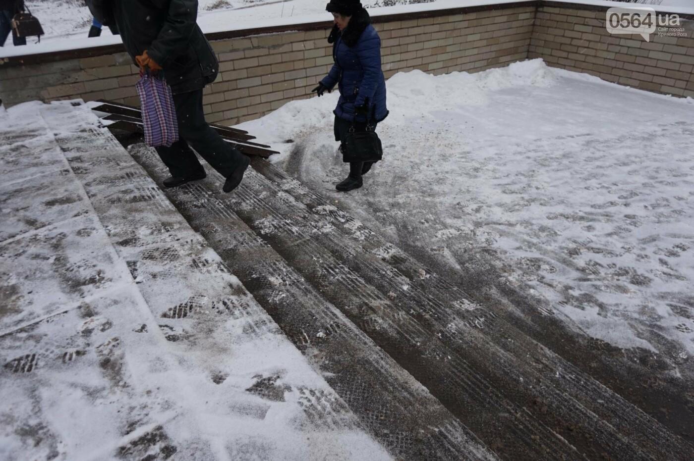 """Пока вокруг станций криворожского """"скоростного""""  расчищают дорожки, в вагонах трамвая идет снег (ФОТО), фото-28"""