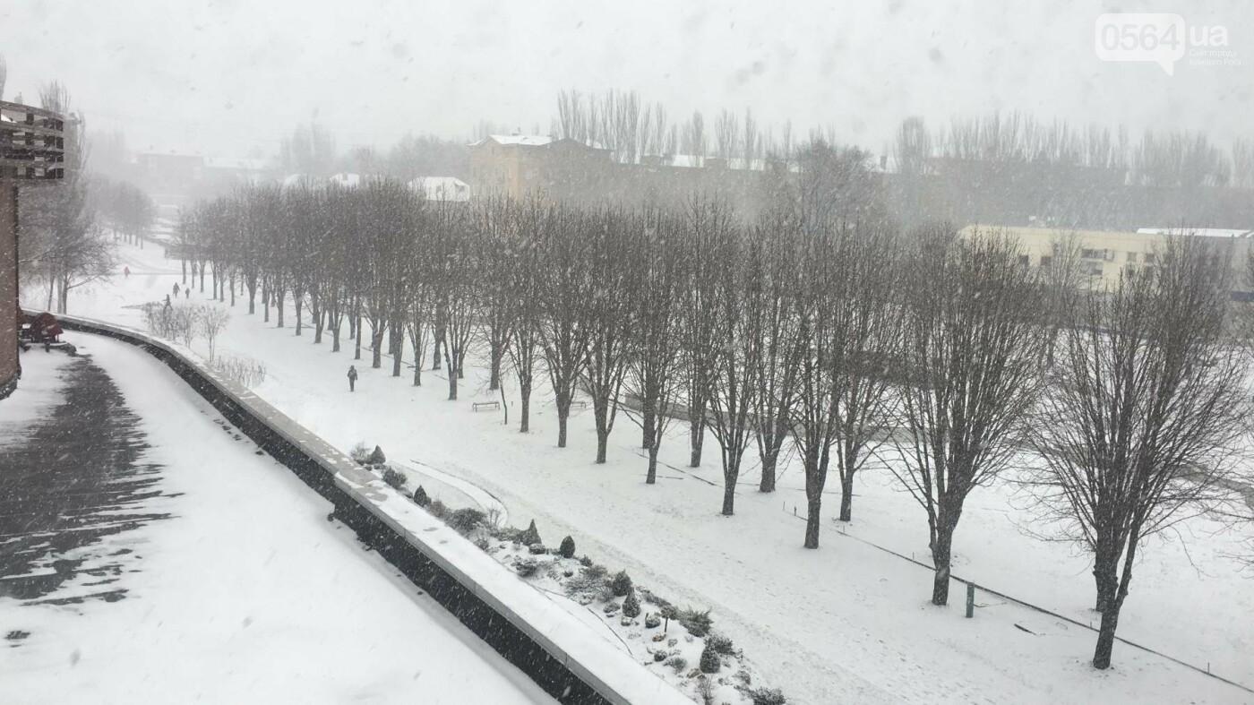 """Пока вокруг станций криворожского """"скоростного""""  расчищают дорожки, в вагонах трамвая идет снег (ФОТО), фото-12"""