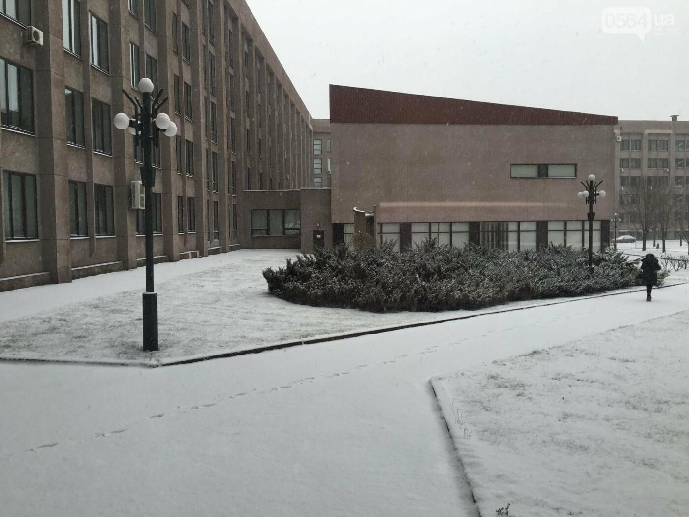 """Пока вокруг станций криворожского """"скоростного""""  расчищают дорожки, в вагонах трамвая идет снег (ФОТО), фото-13"""