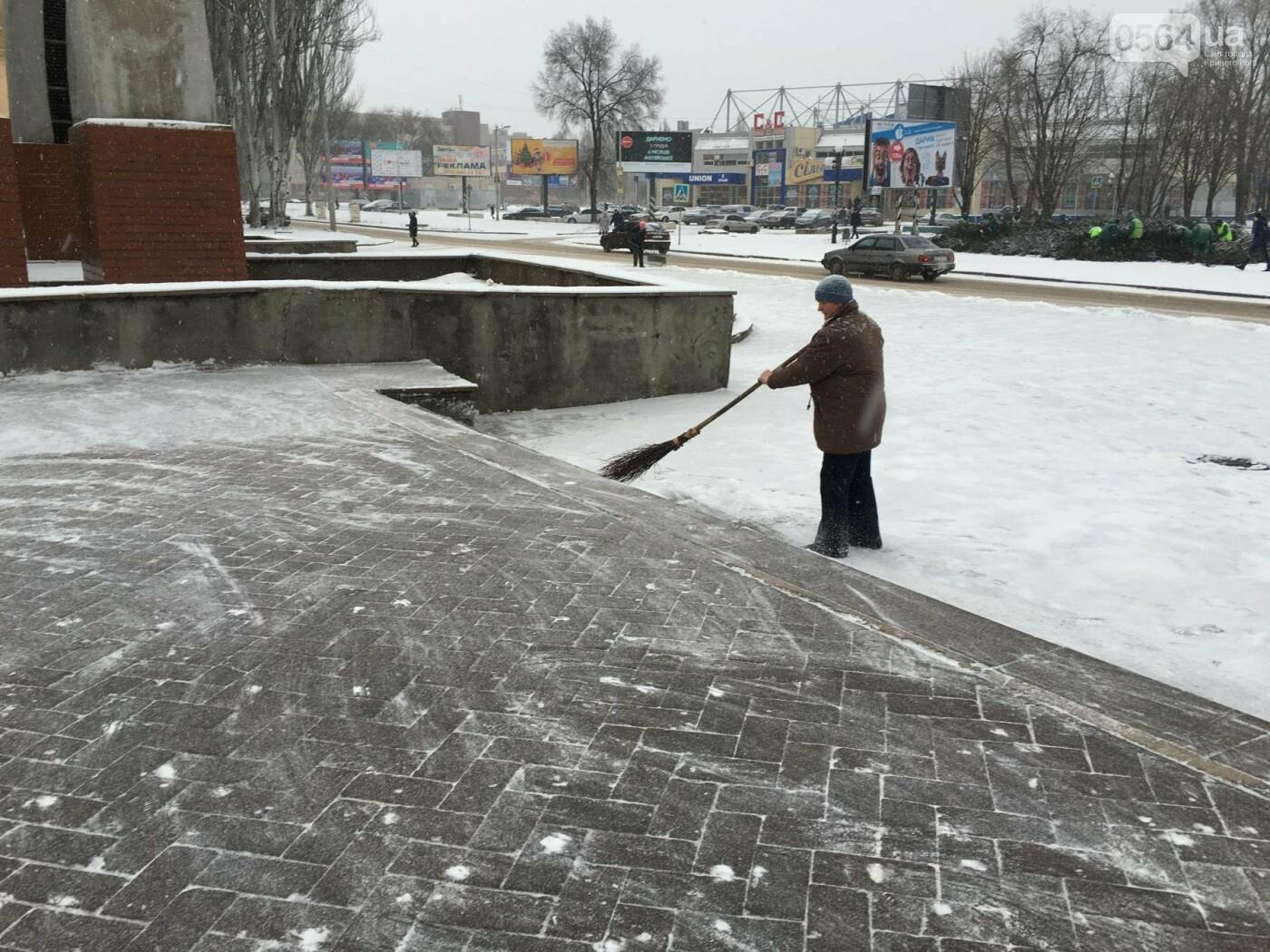 """Пока вокруг станций криворожского """"скоростного""""  расчищают дорожки, в вагонах трамвая идет снег (ФОТО), фото-26"""