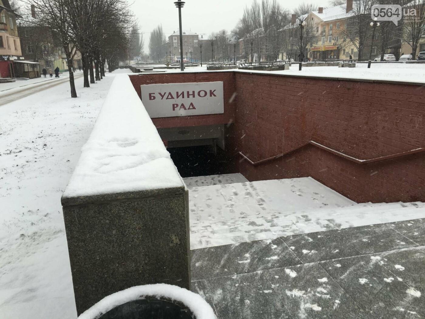 """Пока вокруг станций криворожского """"скоростного""""  расчищают дорожки, в вагонах трамвая идет снег (ФОТО), фото-19"""